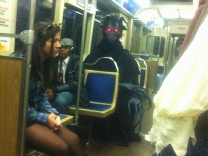 35 неймовірних диваків у метро - фото 2