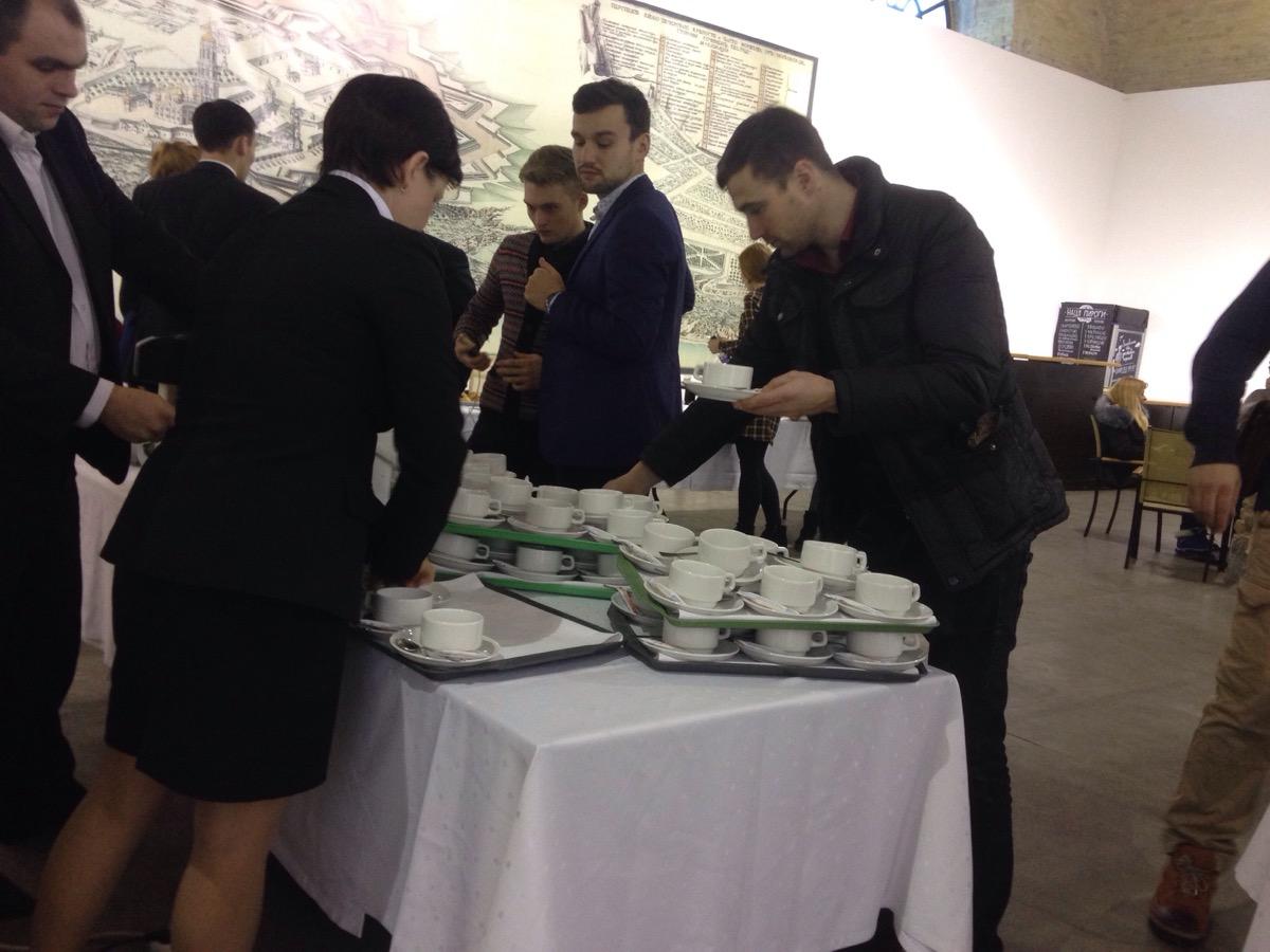 Як Порошенко бюджетно частвував журналістів перед прес-конференцією - фото 2
