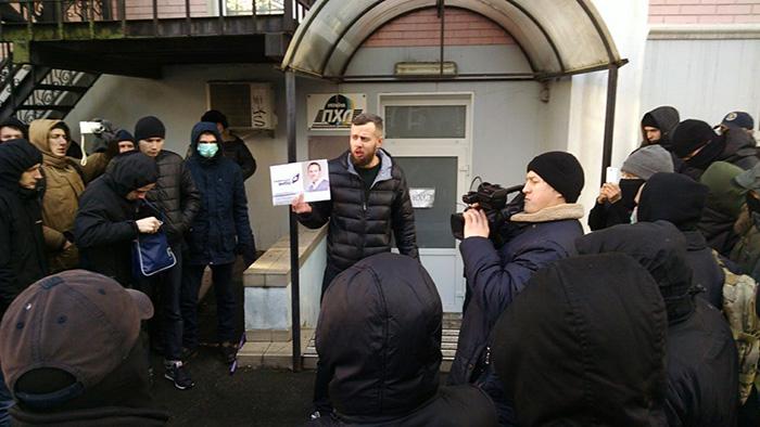 """""""Товариші сепаратисти, на вихід"""": """"Азовці"""" влаштували коридор ганьби """"медведчуківцям"""" - фото 3"""