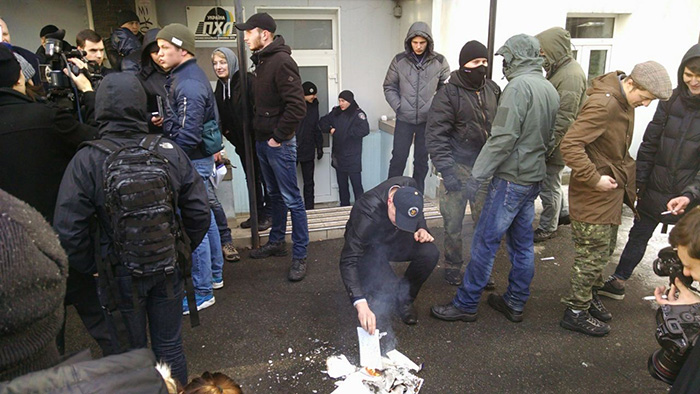 """""""Товариші сепаратисти, на вихід"""": """"Азовці"""" влаштували коридор ганьби """"медведчуківцям"""" - фото 2"""