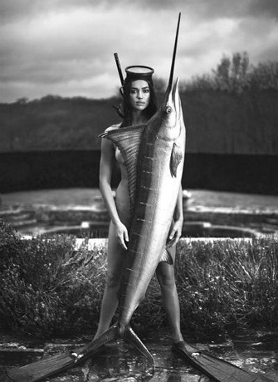 Як гола Шейк прикривала тіло гігантською рибою  - фото 1