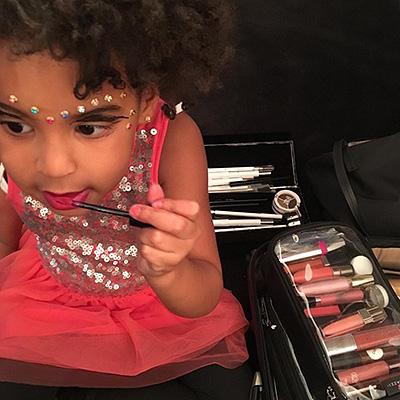Донька Бейонсе фарбує губи в червоний колір, а донька Кардашіан робить контуринг - фото 1
