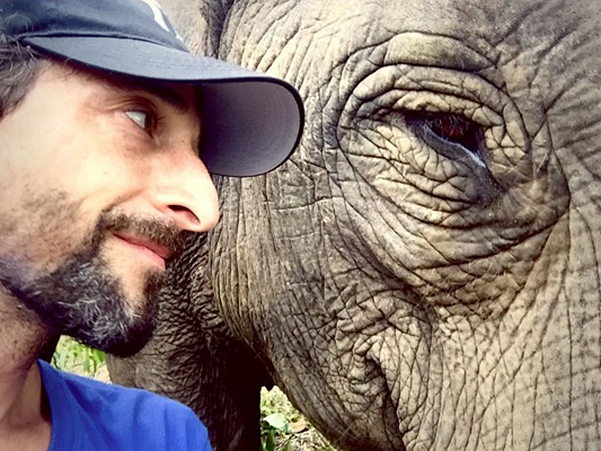 Як Ді Капріо та Броуді обіймалися зі слонами та дітлахами на Суматрі  - фото 1