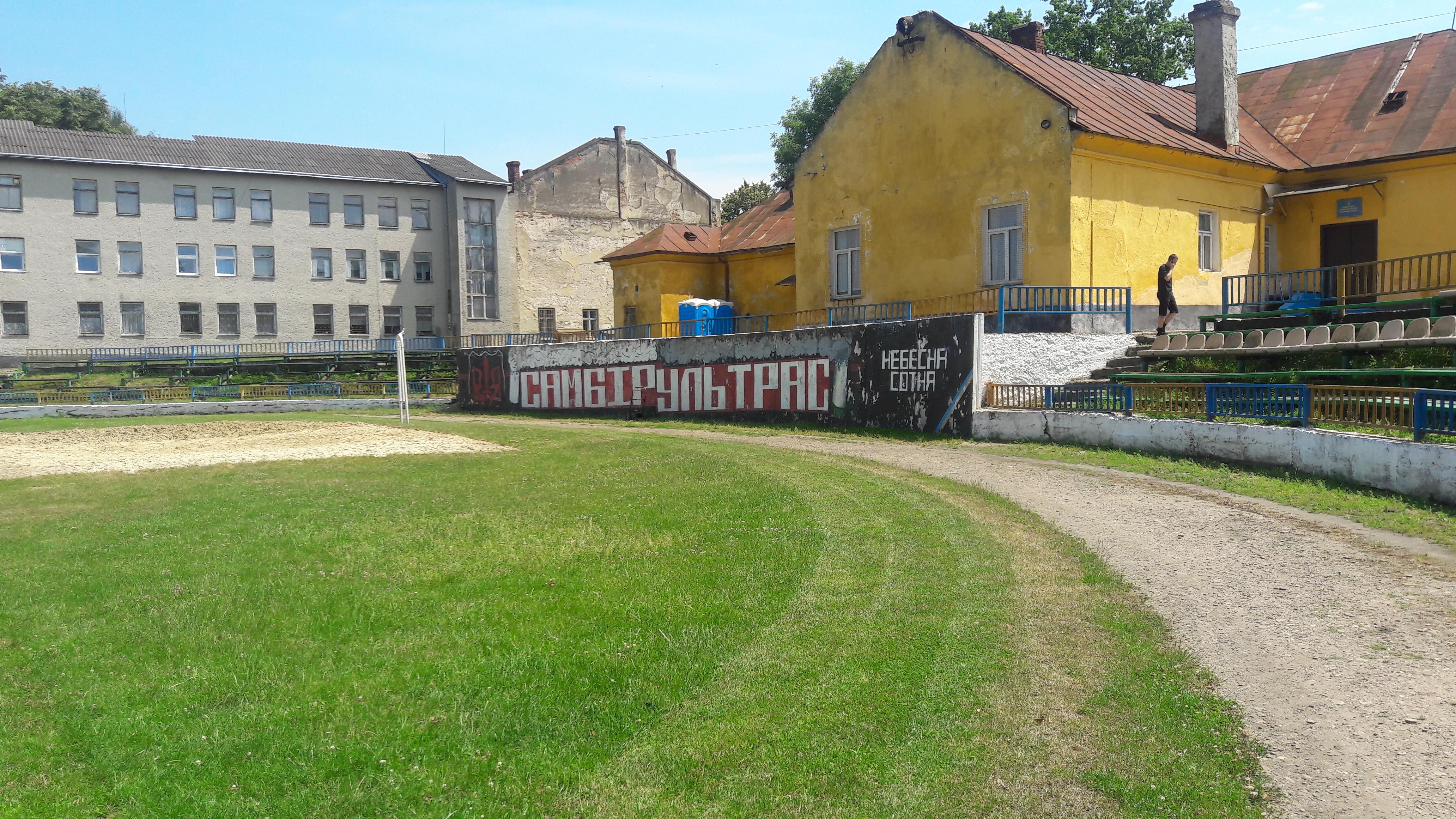 Провінційні стадіони України: Дерев'яно-пластикова арена у Самборі - фото 12