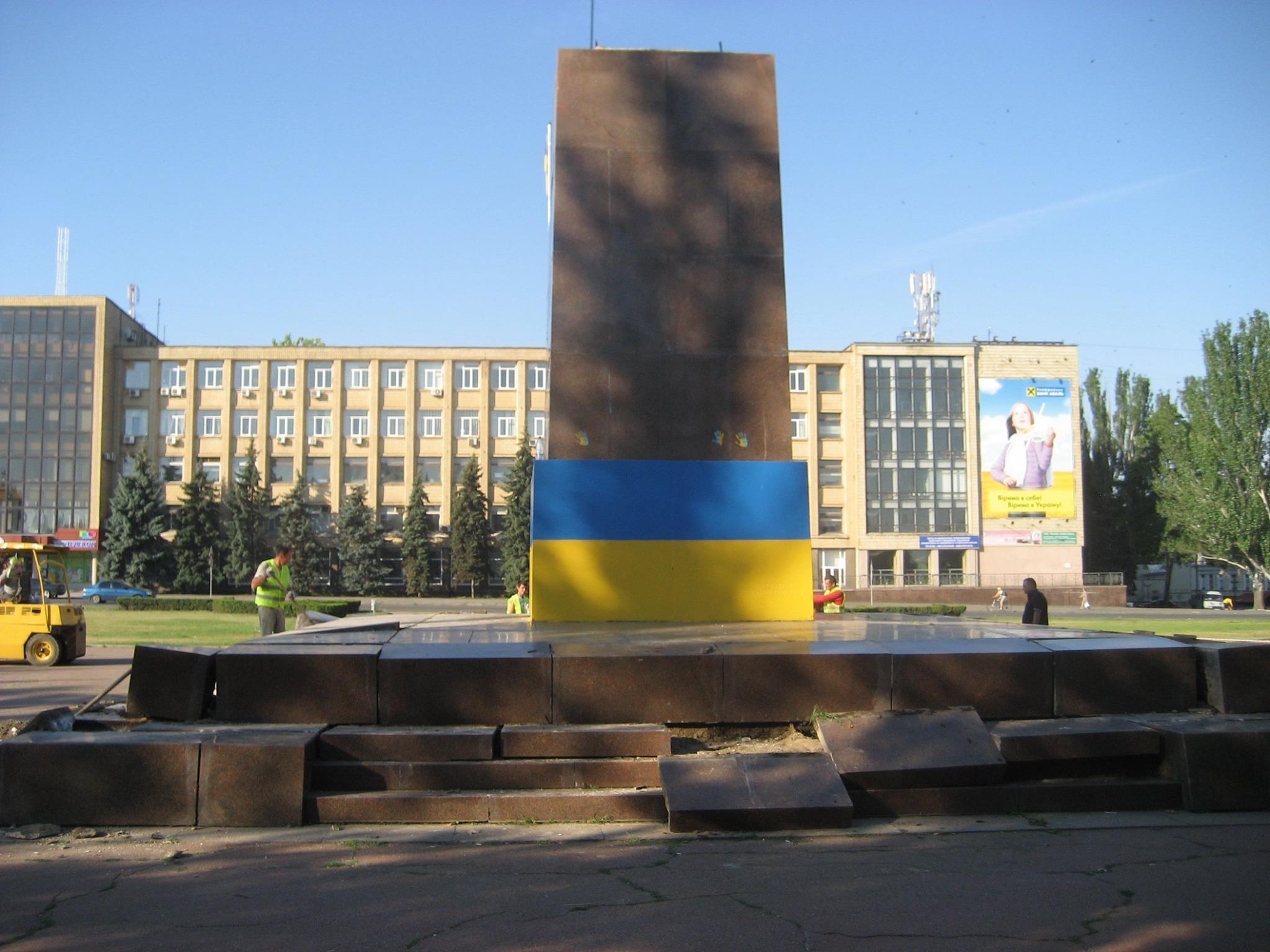 У Миколаєві демонтують постамент Леніну - фото 5