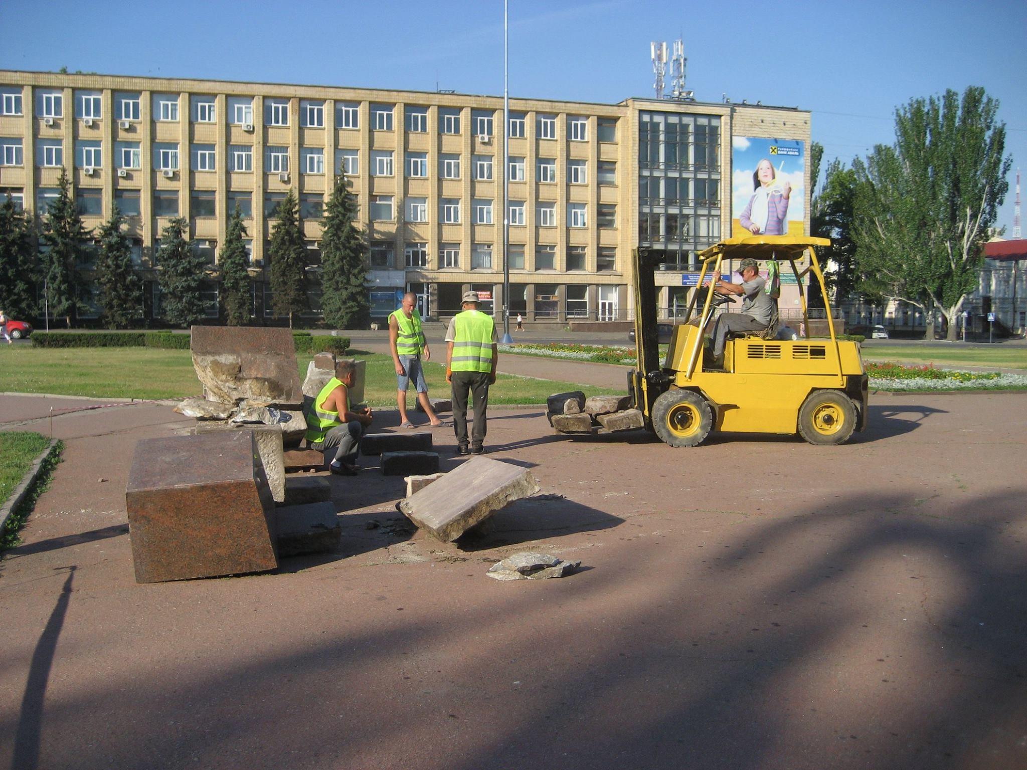 У Миколаєві демонтують постамент Леніну - фото 3