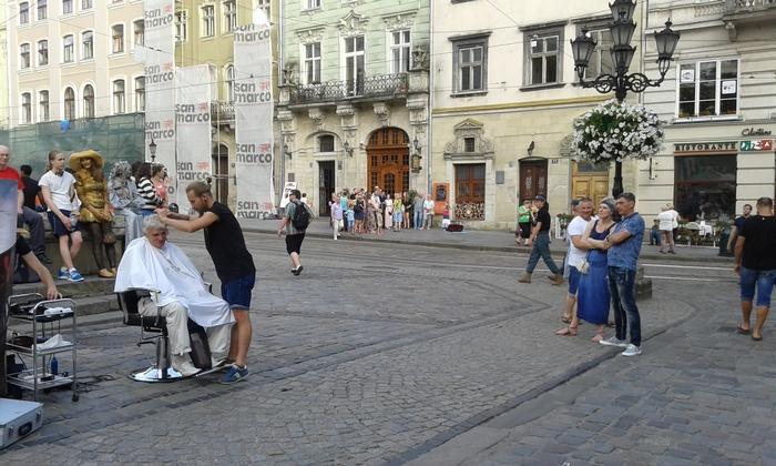 У центрі Львова невідомі постригли чоловіка (ФОТО, ВІДЕО) - фото 2