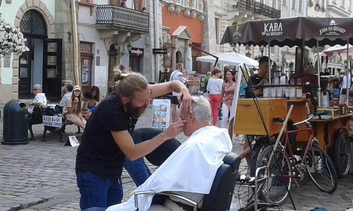 У центрі Львова невідомі постригли чоловіка (ФОТО, ВІДЕО) - фото 1