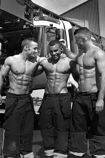 Французькі пожежники зробили гарячі фото для календаря  - фото 2