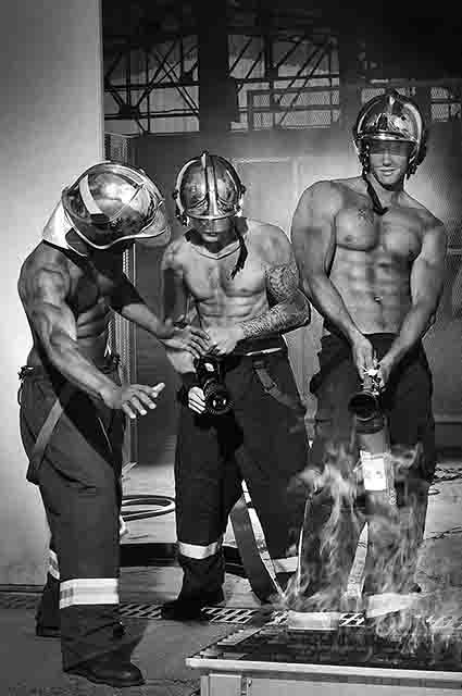 Французькі пожежники зробили гарячі фото для календаря  - фото 1