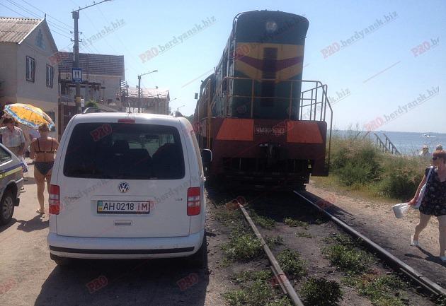 На Запоріжжі машина курортника годину блокувала рух автівок та потягу - фото 1