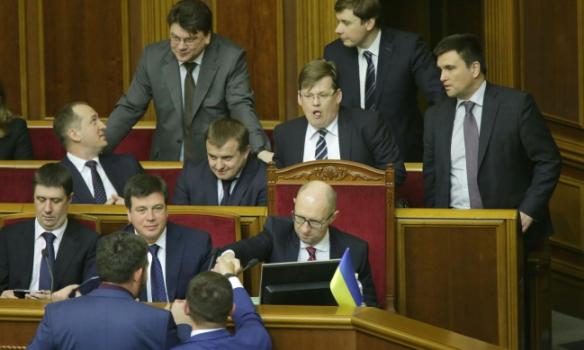 Які жести показував нардепам Яценюк під час звіту - фото 6