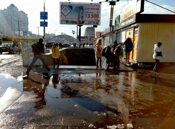 У Києві вихід зі станції метро перетворився на гігантську калюжу  - фото 1