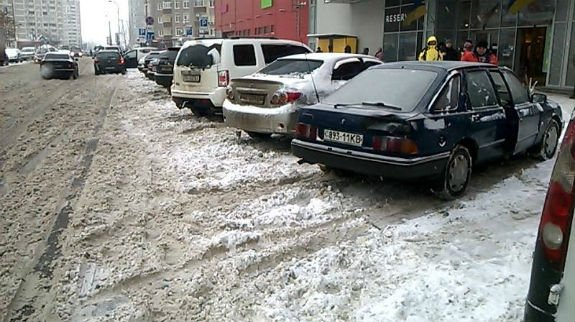 Як столичні паркувальники-сніговики вибивають гроші з водіїв - фото 2