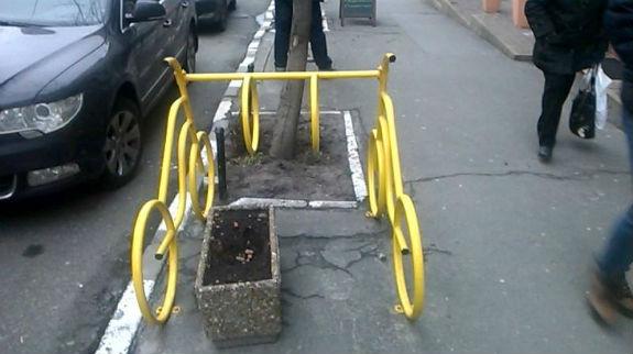 Важка доля велосипедистів Києва: паркуватися потрібно на клумбах - фото 2