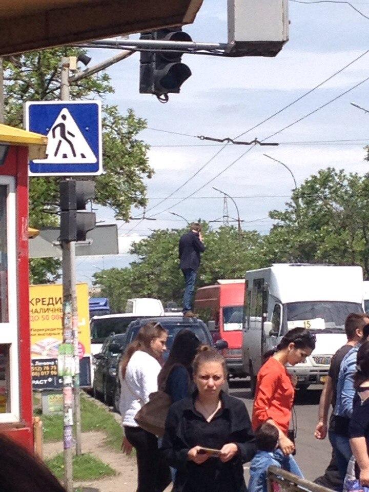 У Миколаєві чоловік виліз на автівку посеред дороги, щоб зателефонувати - фото 1