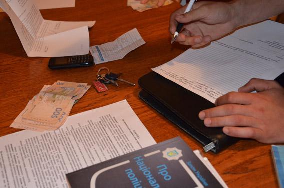 """У Миколаєві 67-річна жінка шантажем """"вибивала"""" гроші у поліцейських"""