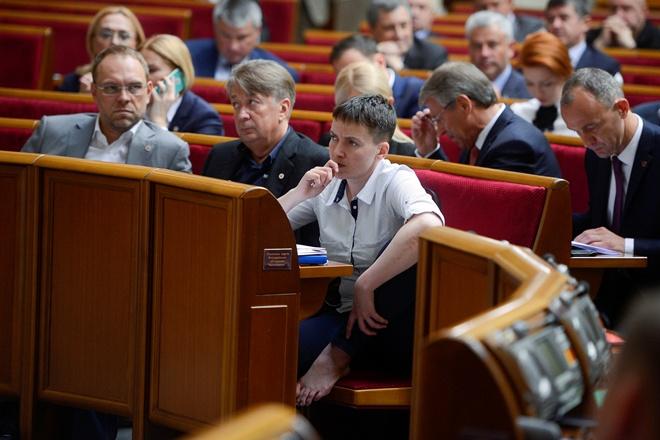 Як Савченко босоніж голосувала у Раді  - фото 1