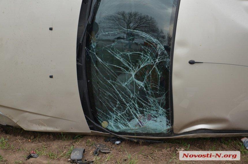 На Миколаївщині перекинулася машина, яка потрапила у яму: загинула пасажирка