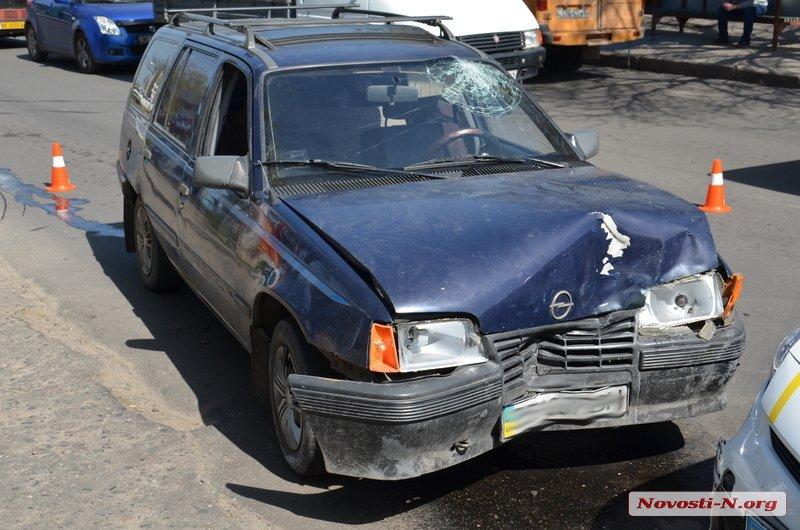 У Миколаєві Opel протаранив Prius патрульних