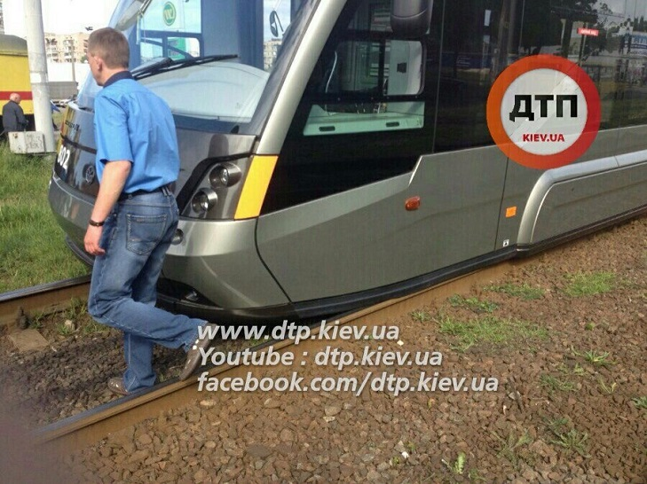 У Києві з рельс зійшов новий швидкісний трамвай - фото 3