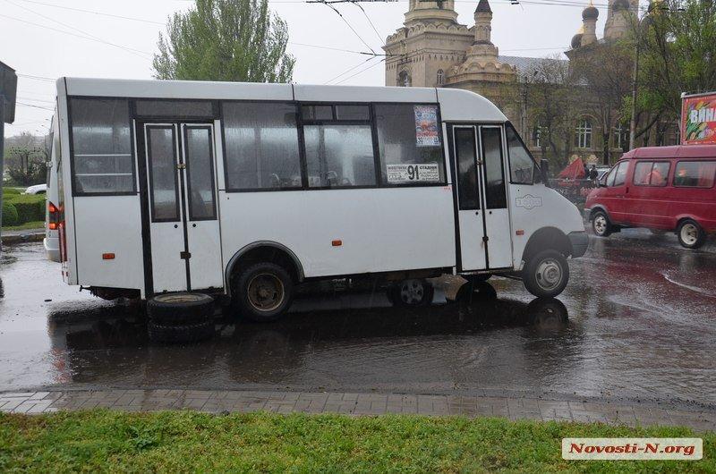 В Миколаєві у чергової маршрутки відвалилось колесо - фото 2