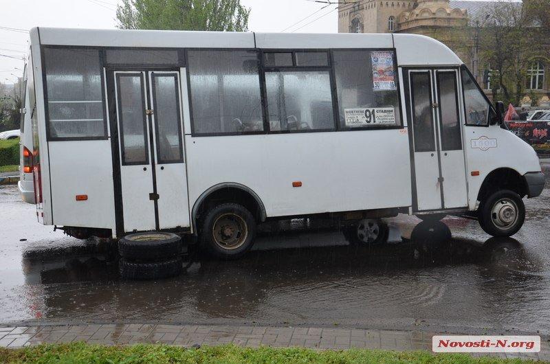 В Миколаєві у чергової маршрутки відвалилось колесо - фото 1