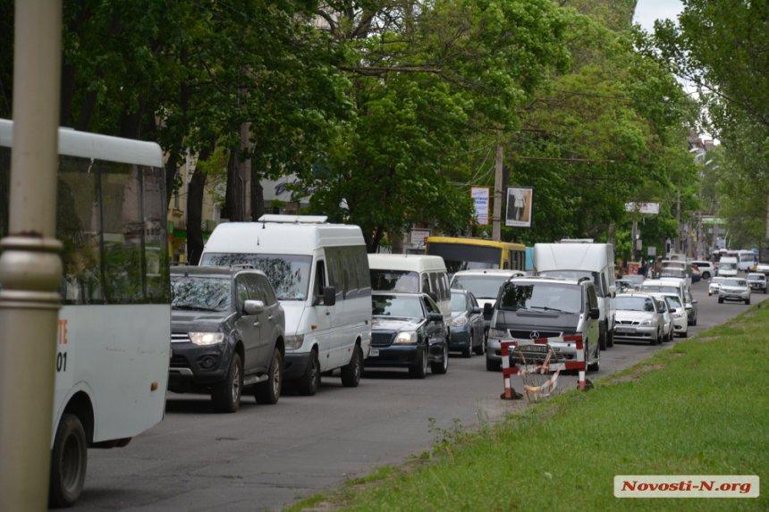 У центрі Миколаєва маршрутка в'їхала в легковик
