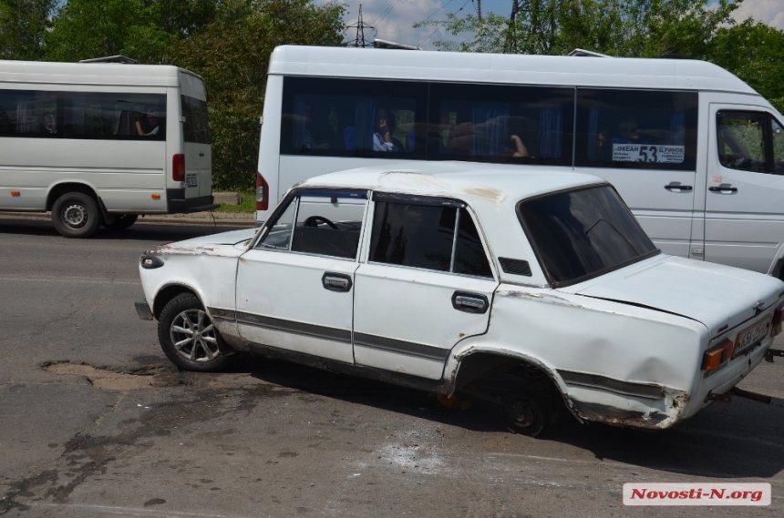 """У Миколаєві водій, що в'їхав у яму, """"загубив"""" колесо"""
