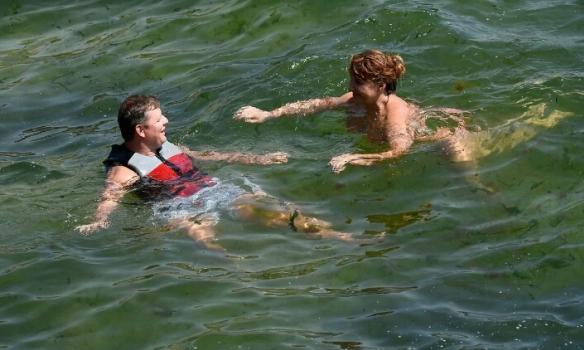 Як сусід Клюєва у рятувальному жилеті купався у брудному морі в Одесі - фото 1