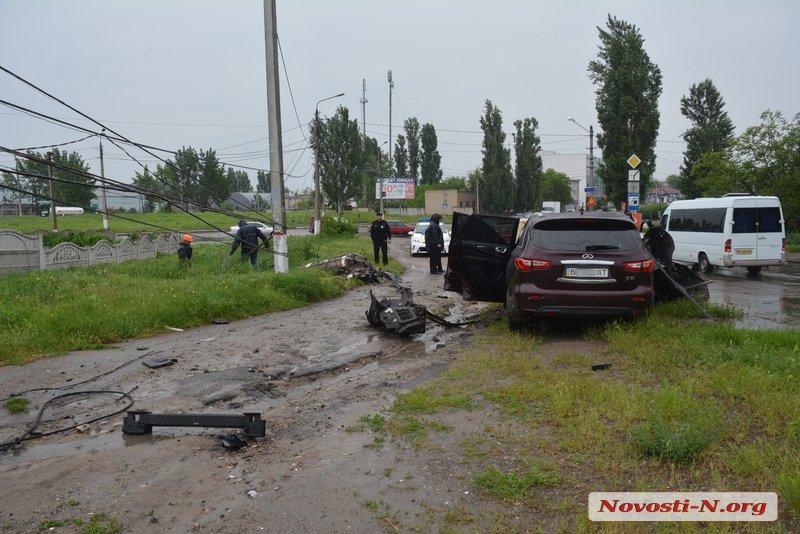 У Миколаєві Infiniti влетів в лінію електропередач: водій в лікарні