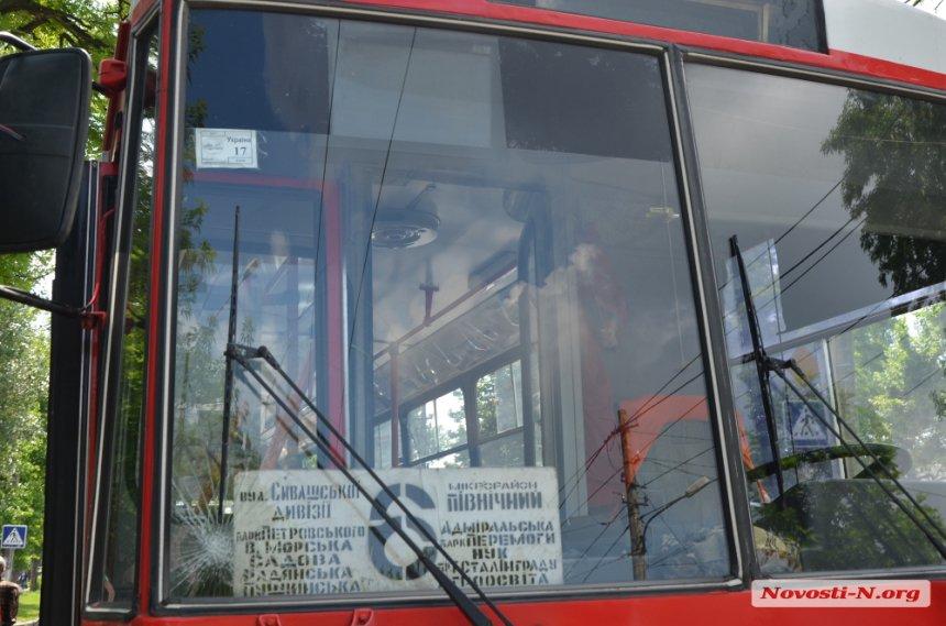 """У центрі Миколаєва тролейбус збив дівчину на """"зебрі"""" (ФОТО, ВІДЕО)"""