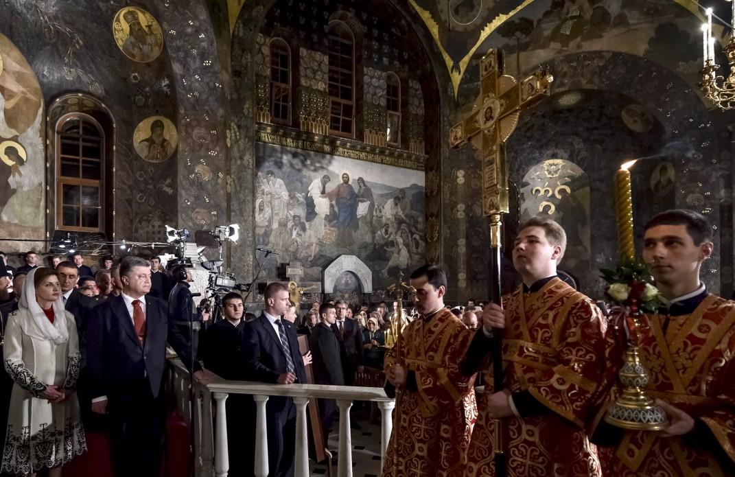 Президентське подружжя у Великодню ніч помолилося за Україну - фото 6