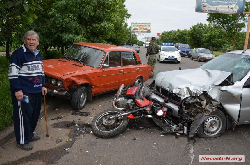 У потрійній ДТП в Миколаєві розтрощило мотоцикл: водій в лікарні