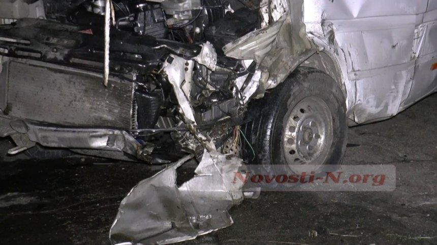 """На Миколаївщині """"зім'ялися"""" мікроавтобус і """"шістка"""": постраждали 11 осіб"""