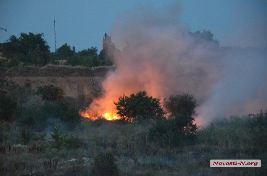 У Миколаєві загорілося сміттєзвалище. Місто потерпає від їдкого диму - фото 2