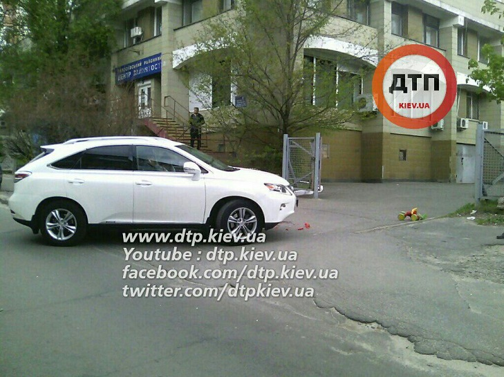 У Києві жінка на Lexus двічі переїхала дитину - фото 2