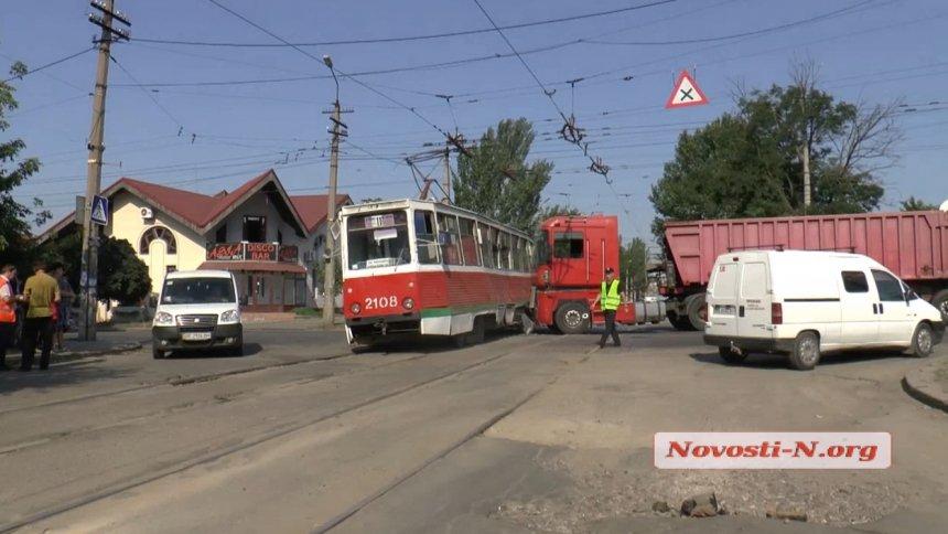 У Миколаєві зерновоз протаранив трамвай: є постраждалі