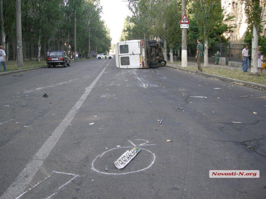 У Миколаєві в результаті зіткнення з легковиком перевернулась маршрутка - фото 4
