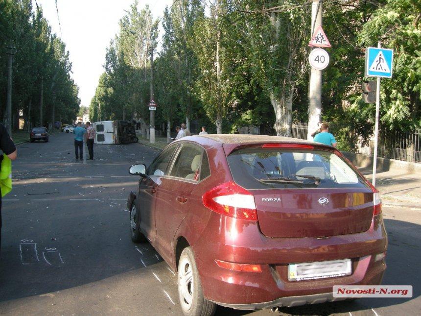 У Миколаєві в результаті зіткнення з легковиком перевернулась маршрутка - фото 3