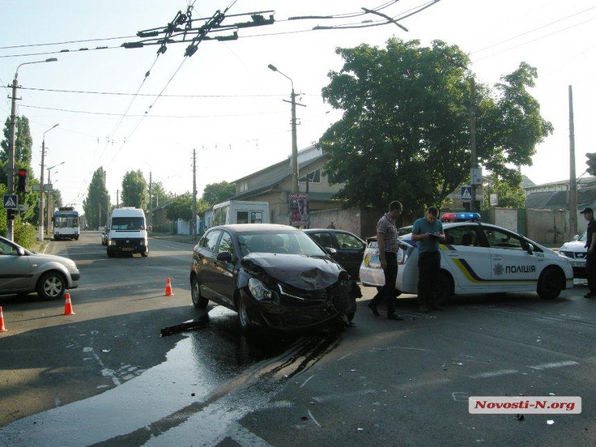 У Миколаєві в результаті зіткнення з легковиком перевернулась маршрутка - фото 2