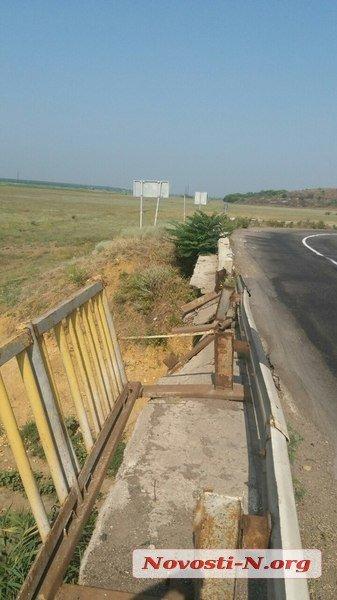 """На Миколаївщині """"Жигулі"""" протаранили огорожу і злетіли з мосту"""