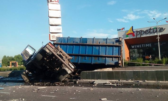 У Києві біля Південного мосту перекинулась фура, рух паралізовано - фото 2