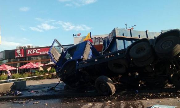 У Києві біля Південного мосту перекинулась фура, рух паралізовано - фото 1