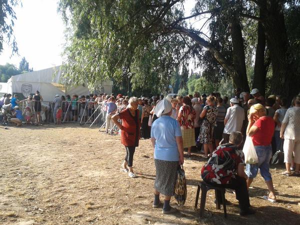 """У Чернігові у """"день тиші""""  люди Корбана вишикували жінок в кілометрові черги за трояндами - фото 2"""