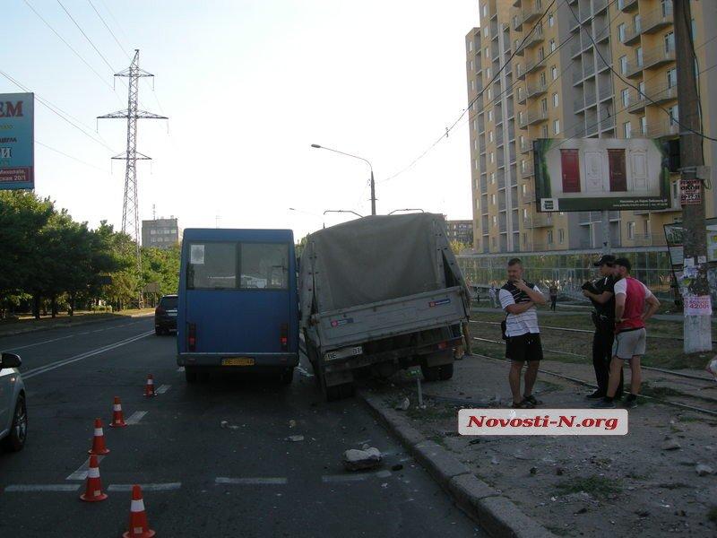 У Миколаєві машина влетіла у зупинку: дивом ніхто не постраждав