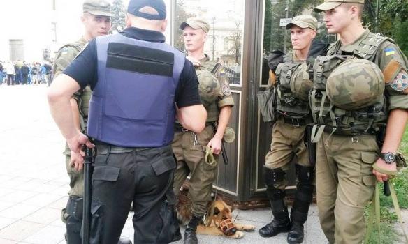 Обурені люди та силовики з собаками: Як під Радою зустрічають Порошенка  - фото 1
