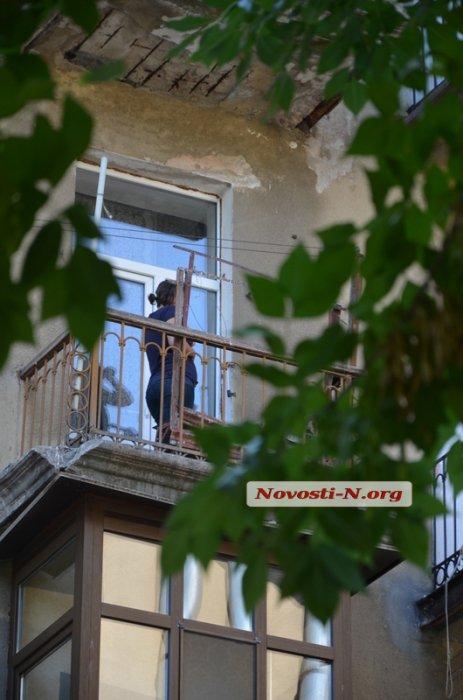 У Миколаєві неадекватна жінка, що вининула цуценя з вікна, озброїлась ножем - фото 2