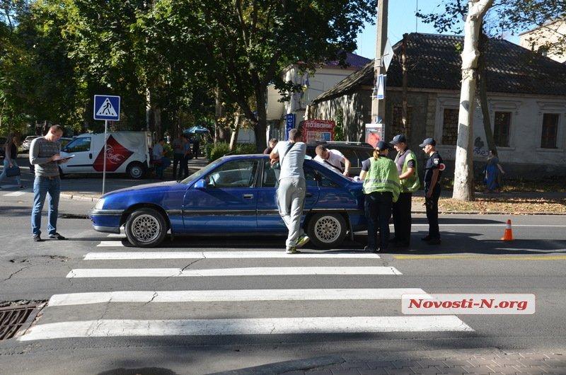 """В центрі Миколаєва Opel збив на """"зебрі"""" мати з чотирирічною донькою - фото 2"""