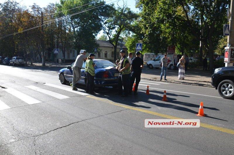 """В центрі Миколаєва Opel збив на """"зебрі"""" мати з чотирирічною донькою - фото 1"""